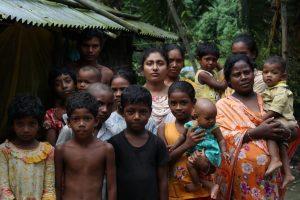 Nila Kispotta (centro) posa junto a miembros de su familia, en su aldea, en el noroeste de Bangladesh. Como muchas niñas rurales, acceder a la educación superior era un imposible para ella, pero ahora estudia un diplomado en el privado Instituto de Enfermería de Moimuna, un centro sin fines de lucro, gracias a una beca. Foto: Farid Ahmed / IPS