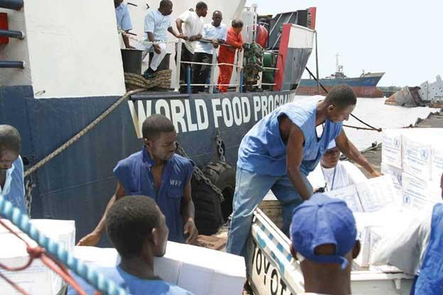 Personal local del Programa Mundial de Alimentos desembarca ayuda de emergencia en un país africano. Foto: PMA