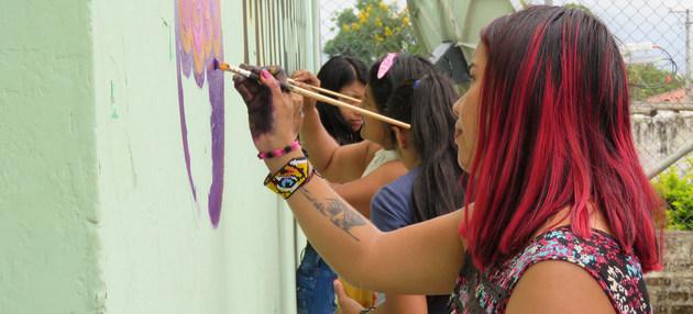 El Acuerdo de Paz en Colombia debe hacerse extensivo. Ex combatientes de las FARC decoran un mural por la paz.