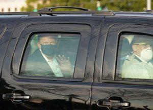 El presidente Donald Trump durante una breve y polémica salida el domingo 4 del hospital Walter Reed, para saludar a los adeptos que estaba a las afueras del centro militar en Washington. Foto: Casa Blanca