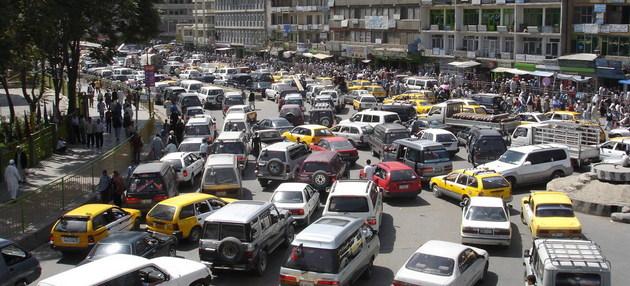 Vehículos usados transitando por las calles de Afganistán.