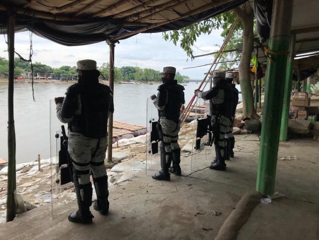 La militar Guardia Nacional mexicana vigila el río que actúa de frontera entre Guatemala y México, en el estado de Chiapas. Foto: Ángeles Mariscal/Chiapas Paralelo