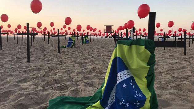 La organización no gubernamental Rio da Paz recuerda los primeros 100 000 muertos de covid-19 en Brasil, en una protesta en la playa de Copacabana, en Río de Janeiro, el 8 de agosto. Los decesos ya superaron los 152 000, según datos oficiales, hasta el 14 de octubre. Foto: Rio de Paz/Fotos Públicas