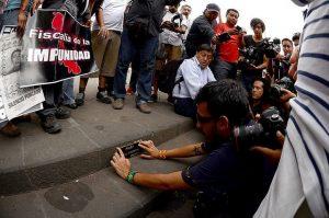 Los ciberataques a mujeres periodistas tornan al mundo real. Colegas de la periodista Regina Martínez colocan una placa en su honor, en Xalapa, capital del sureño estado de Veracruz, donde fue asesinada.