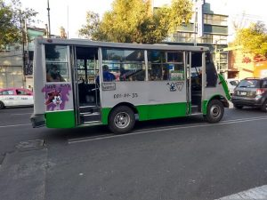 """""""Uso gas"""", anuncia un microbús que transita por una calle de Ciudad de México. El fluido incrementa su peso como carburante del transporte público en México, que proviene mayoritariamente de Estados Unidos y se extrae mediante la fractura hidráulica, una técnica que requiere altos volúmenes de agua y químicos nocivos. Foto: Emilio Godoy/IPS"""