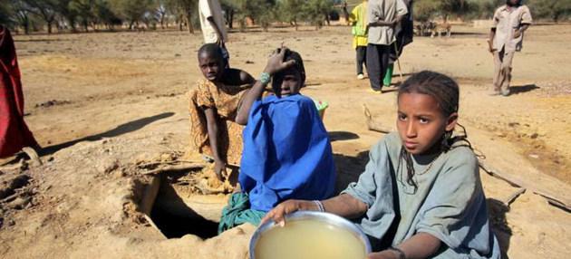 El hambre y también la sed, producto de sequías, conflictos y pobreza, entre otros males, castigan a los habitantes de docenas de países, como estos niños en un campo de Burkina Faso. Foto: H. Caux/Acnur