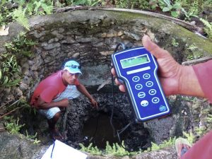 Técnicos estudian la salinidad de los pozos para proveer agua corriente en la Polinesia.