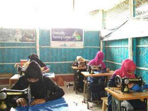 Mujeres pertenecientes al grupo de refugiados de rohinyás reciben capacitación en costura en uno de los talleres de la Fundación Bidyanondo.