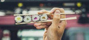 Los rollos de sushi, el platillo de la cocina japonesa ya universalizado, se soportan en una base de algas que los expertos colocan como ejemplo del potencial alimenticio de esas plantas que pueden cultivarse a gran escala en los océanos. Foto: Unsplash/ONU