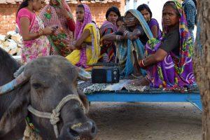Mujeres dalits escuchando noticias ante el aumento de violencia sexual, torturas y asesinatos entre castas indias.