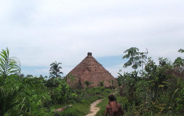 Iglesias evangélicas socavan tradiciones ancestrales de pueblos indígenas de la Amazonia.