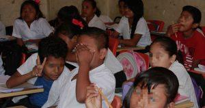 Intérpretes indígenas para evitar la discriminación cultural y lingüística surgen escuelas bilingües.