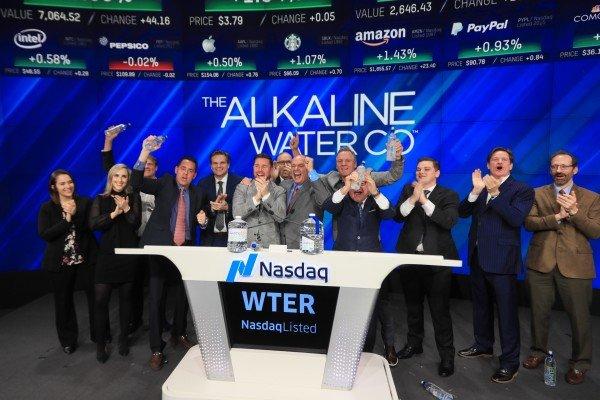 Ejecutivos de Alkaline Water Company festejan la aprobación para cotizar en el mercado de futuros del Nasdaq. Foto: WTER