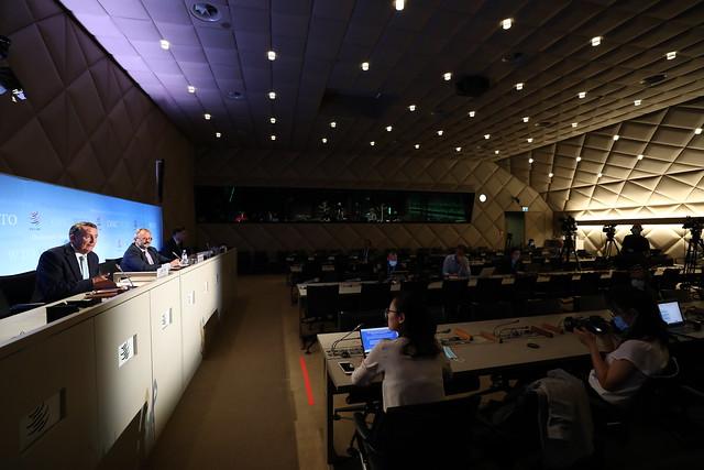 Representantes de la OMC informan sobre el proceso de selección de la nueva directora general de la institución, en su sede en Ginebra, que quedó en el limbo por la decisión de la saliente administración de Donald Trump de boicotear a la candidata de consenso, la nigeriana Ngozi Okonjo-Iweala. Fue la última de sus constantes acciones hostiles contra la OMC. Foto: Jay Louvion/OMC