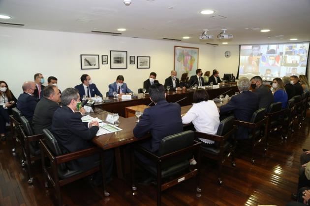 El ministro de Salud de Brasil, el general activo Eduardo Pacuello (al centro a la izquierda) durante su reunión con los gobernadores, en que le reclamaron un plan para comenzar con urgencia la vacunación contra la covid. El ministro los frustró al informar que la inmunización comenzará a fines de febrero. João Doria anunció que en su estado, São Paulo, se empezará el 25 de enero a inocular la vacuna china, rechazada por el gobierno. Foto: Aurélio Pereira/ Fotos Públicas