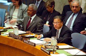 El embajador Anwarul K. Chowdhury, de Bangladesh, durante una sesión del Consejo de Seguridad de las Naciones, cuando lo presidió en el bienio 2000-2001. Foto: ONU