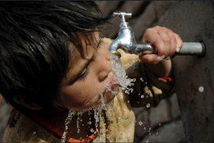 El agua está en vías de convertirse en un activo provechoso para la especulación financiera, en desmedro de su condición de bien público indispensable para la vida, advierte el responsable de derechos humanos sobre la materia en las Naciones Unidas. Foto: BM