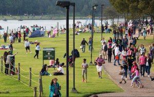 Habitantes de Bogotá disfrutan del parque Simón Bolívar en esa ciudad. La actividad humana deja una huella en el consumo de recursos naturales y emisión de dióxido de carbono que ahora considera el PNUD al estimar el desarrollo de cada país. Foto: BM