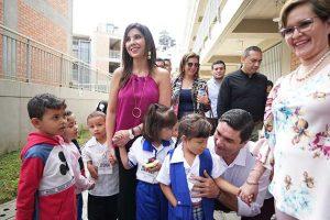 La ministra de Educación de Colombia, María Victoria Angulo, en el centro, rodeada de niños durante una actividad. Foto: Andrés Felipe Valenzuela