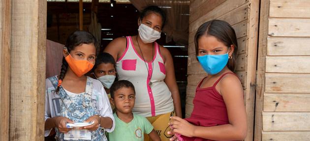 Una familia venezolana, refugiada en territorio colombiano. El nuevo programa de Unicef busca que todos los niños y niñas que se han desplazado desde Venezuela a Colombia, Ecuador y Perú, puedan asistir formalmente a sus escuelas. Foto: Karen González/OPS