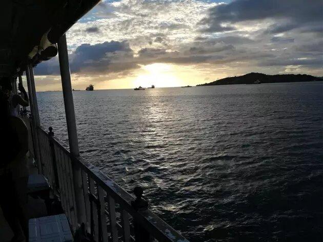 Vista de la costa noroeste de Trinidad desde un barco en el Golfo de Paria, que separa a los dos países por apenas unos 15 kilómetros y en el que han naufragado varias embarcaciones sobrecargadas en los últimos dos años, con saldo de decenas de migrantes fallecidos. Foto: Joshua Surtees/Acnur