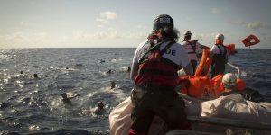 Rescatistas de SOS Méditerranée y Médicos Sin Fronteras auxilian a náufragos en el Mediterráneo central. Unos 700 migrantes perecieron este año en esas aguas tratando de llegar desde el norte de África al sur de Europa. Foto: Maud Veith/SOS Méditerranée