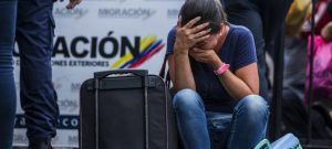 Una emigrante venezolana ante un puesto fronterizo en Colombia, Los venezolanos retoman el éxodo hacia países vecinos, donde puede resurgir la actividad económica tras la covid-19, incluso por pasos informales, para sortear el cierre de fronteras. Foto: Acnur