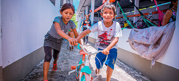 Niños venezolanos juegan en un albergue en Manaus, Brasil, uno de los países que ha acogido a cientos de miles de migrantes y refugiados del país vecino, para los que la ONU lanza un programa de asistencia a lo largo de 2021. Foto: Felipe Irnaldo/Acnur
