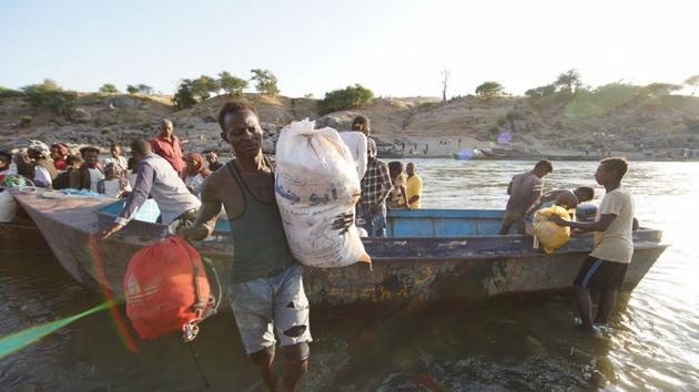 Decenas de miles de civiles que huyen precipitadamente de la lucha entre fuerzas nacionales y provinciales en Tigray, norte de Etiopía, han cruzado el fronterizo río Tekeze hacia Sudán, donde agencias de la ONU tratan de asistirlos. Foto: Hazim Elhag/Acnur