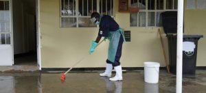 Un empleado de un centro de salud en Uganda limpia el suelo con agua y cloro para prevenir infecciones. En el mundo, uno de cada cuatro centros dedicados a servicios de salud carece de servicio de agua, en plena pandemia de covid. Foto: Michele Sibiloni/Unicef