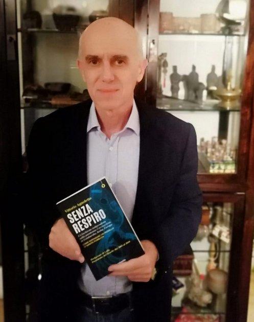 """El médico y político italiano Vittorio Agnoletto con un ejemplar de su libro, """"Senza Respiro"""", sobre las razones y los impactos de la covid en la región italiana de Lombardía. Foto: Carta Maior"""
