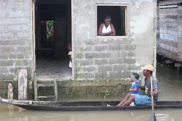 Familia en una aldea inundada a orillas del río Atrato en Chocó, Colombia. Crédito: Jesús Abad Colorado/IPS