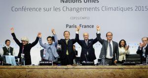 Imagen de la histórica aprobación del Acuerdo de París, el 12 de diciembre de 2015 en la capital francesa, en la conclusión de la COP21 de Naciones Unidas sobre cambio climático. Foto: CMNUCC