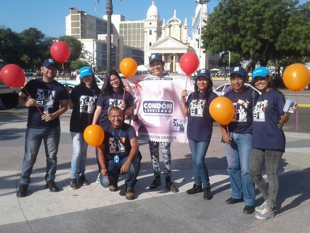 Voluntarios de la oenegé Azul Positivo, que trabaja con pacientes de VIH/sida, en la ciudad de Maracaibo, noroeste de Venezuela. Su sede fue allanada y cinco de sus directivos fueron detenidos y serán juzgados por la presunta comisión de delitos financieros. Foto: Redhez