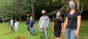 Familiares plantan árboles con el triple propósito de honrar la memoria de parientes fallecidos por la covid-19, agradecer a los trabajadores de salud que luchan contra la pandemia y conservar ecosistemas degradados por la deforestación. Foto: RBMA/Pnuma
