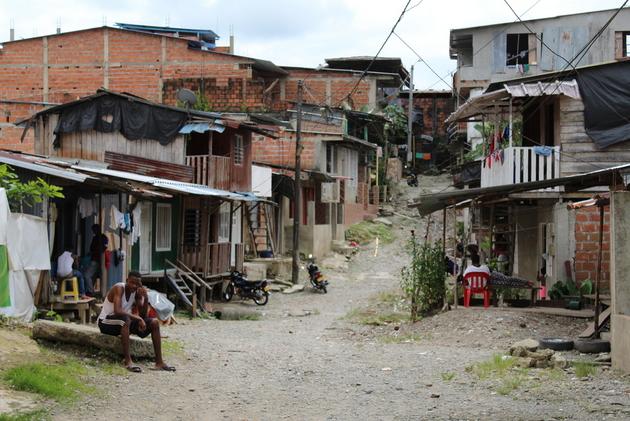 Callejuela del vecindario Nariño en Buenaventura, oeste de Colombia, al que en ocasiones no accede la policía debido al control que ejercen grupos ilegales. A lo largo de América Latina el crimen organizado se reinventa para sobrevivir en medio de la covid-19. Foto: Joshua Collins/IRIN