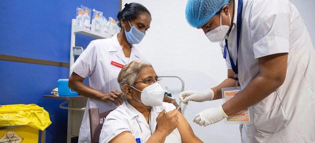 Médicos y otros trabajadores de la salud son los primeros en recibir la vacuna en India. La OMS clama por una distribución equitativa de las inmunizaciones para que esté disponible en todos los países del Sur. Foto: Vinay Panjwani/Unicef