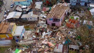 En septiembre de 2017 el huracán María causó en la isla caribeña de Dominica el mayor desastre económico provocado por una tormenta, medido en daños per cápita. La Unctad advierte que las pequeñas islas cargan además el peso de la pandemia y de una fuerte deuda externa. Foto: Ben Parker/IRIN