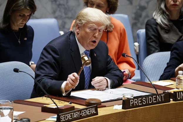 El saliente presidente de Estados Unidos, Donald Trump, usando más que simbólicamente un mazo durante una de sus escasas participaciones en el Consejo de Seguridad de las Naciones Unidas, a la que trató uno de sus enemigos durante sus cuatro años de mandato. Foto: ONU