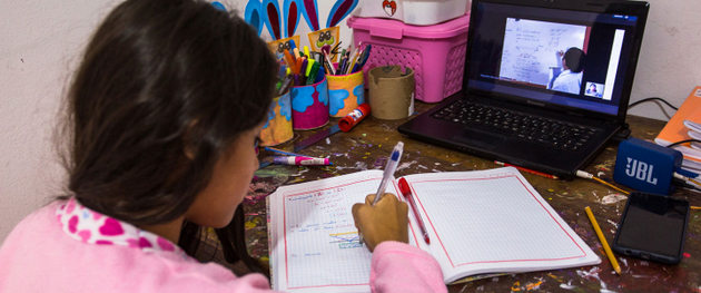 La pequeña Michell Huamán toma notas mientras participa en una clase virtual debido a la pandemia en Lima. Millones de niños en todo el mundo no pueden acceder a este tipo de educación a distancia, profundizando una crisis de aprendizaje. Foto: Víctor Idrogo/BM
