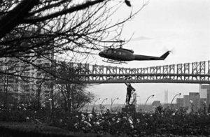Imagen del helicóptero mientras el 13 de noviembre de 1974 se disponía a aterrizar en la sede de la ONU, trayendo al líder de la Organización de Liberación de Palestina (OLP), Yasser Arafat. Foto: Michos Tzovaras/ONU