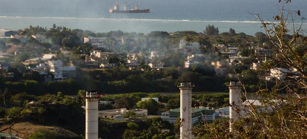 Una planta de energía en la isla de Mauricio, en el océano Índico, generando gases de efecto invernadero. El PNUD espera que los resultados de su encuesta mundial ayuden a asumir compromisos frente al cambio climático este año. Foto: Stéphane Bellero/PNUD