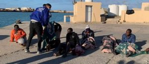 Oficiales de la Organización Internacional para las Migraciones auxilian a sobrevivientes del naufragio frente a las costas de Libia, en el que 43 personas perecieron al adentrarse en la peligrosa ruta marítima del Mediterráneo central. Foto: OIM