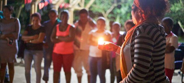 Líderes comunitarias rinden homenaje a activistas sociales asesinados en la región de Chocó, occidente de Colombia. La ONU insiste en que la seguridad de los ex combatientes es prioritaria para el éxito de los acuerdos de paz. Foto: Melissa/ONU Colombia