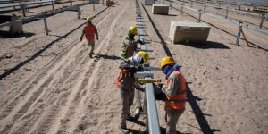 Una planta solar respaldada por China en Cafayate, al norte de Argentina. Los reguladores darían luz verde a tales proyectos bajo nuevas propuestas para la inversión china en el extranjero. Foto: Alamy/Diálogo Chino