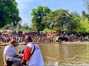 Desplazados por el conflicto armado en la República Centroafricana cruzan un río fronterizo para ponerse a salvo en la vecina República Democrática del Congo. Foto: Dale Koninckx/MSF