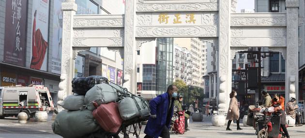 Zona peatonal de Wuhan, la ciudad del centro-este de China donde se detectó el primer brote de covid-19, a partir del cual se desató la pandemia. La respuesta inicial no fue suficientemente firme y rápida, según expertos. Foto: Chen Liang/ONU