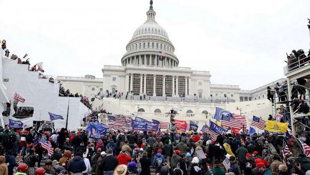 Captura de la cadena de televisión ABC del momento en que seguidores del presidente Donald Trump inician el asalto del Capitolio, sede de las dos cámaras del Congreso de Estados Unidos. Foto: ABCNews
