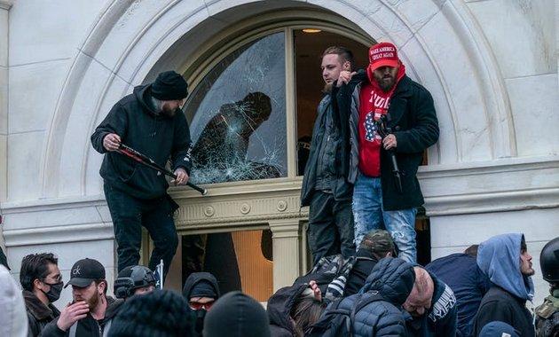 Asaltantes en el Capitolio, el 6 de enero. Foto: Shutterstock