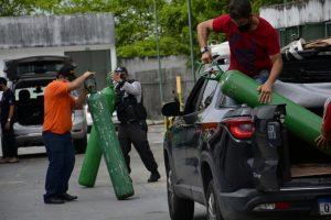 Algunas bombonas de oxígeno llegan a una clínica de Manaus para atender enfermos de covid-19. Desde el 14 de enero falta oxígeno en los hospitales y clínicas de la capital del estado de Amazonas. Muchas personas y empresas se vuelcan en domar bombonas, pero el transporte es difícil. Los aviones transportan pequeños volúmenes y embarcaciones demoran varios días. Venezuela exportará oxígeno a Manaus. Foto: Márcio James/Amazônia Real-Fotos Públicas